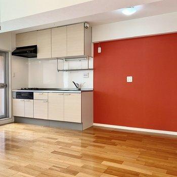 キッチン横にはアクセントクロスが。こちらに冷蔵庫が置けますよ。