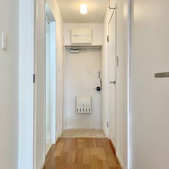 玄関は居室と一直線。