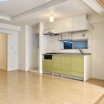 【LDK】若草色のキッチンが優しい雰囲気。右側に冷蔵庫が置けますよ。