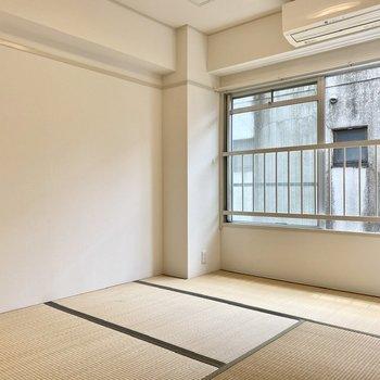 【和室】窓前で日向ぼっこをしたり。