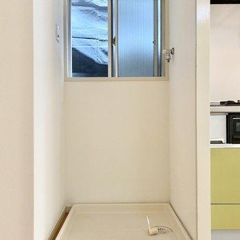 洗濯機置き場はキッチンの左に。