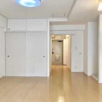 【LDK】淡い色使いのお部屋なので、ナチュラルな雰囲気の家具など似合いそうです。