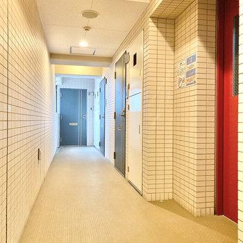 右手前のお部屋です。赤い扉はエレベーターですよ。