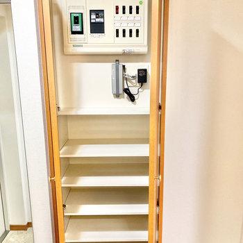 棚は可動式です。靴のサイズに合わせて調整できますよ。