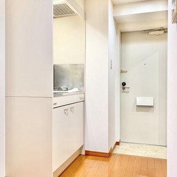 キッチン左に冷蔵庫を置けますね。