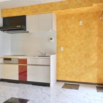キッチンにも、赤のワンポイント。浴室のリモコンも付いていますよ。