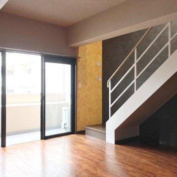 大きな窓と階段の組み合わせが素敵……
