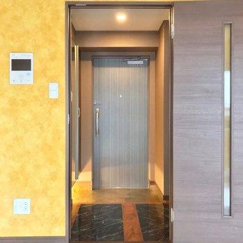 モニターは上階にも下階にもありました。玄関はダブルロックで安心ですね。