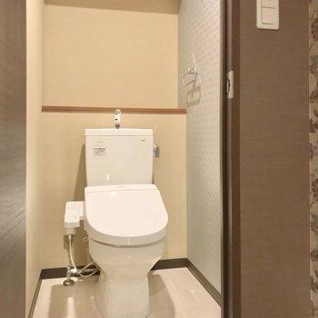 トイレは奥まったところに。ウォシュレット付きです。