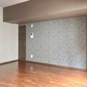 上階のカラフルさとは一転、シックな雰囲気。落ち着いた寝室にできそうです。