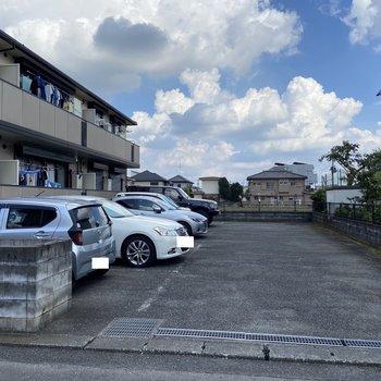 敷地内の駐車場には空きがあるようです。