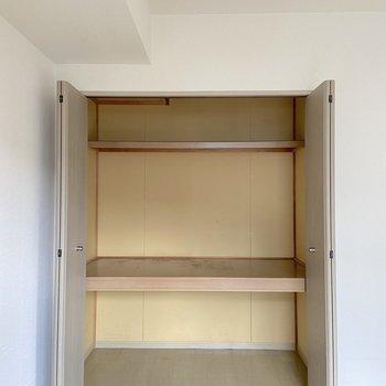 【洋室】収納は上下に分かれていて容量も大きめ。