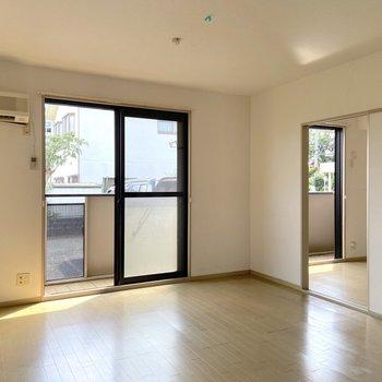 【LDK】お隣の洋室とはスライド式の扉で繋がっています。