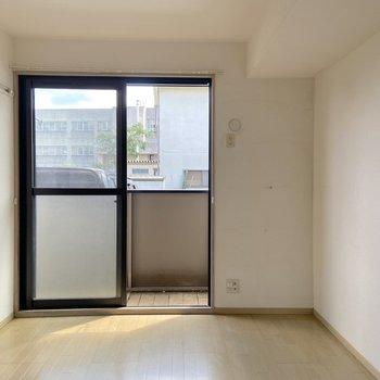 【洋室】お隣の洋室からもバルコニーに出入りができますよ。