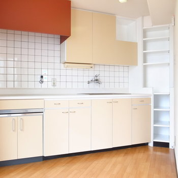 キッチンはおだやかな可愛らしさがあります。タイル張りでグッとすてきに!