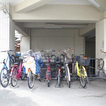 【共用部】駐輪場は建物裏手に。もうひとつ、屋根つきのスペースもあります。
