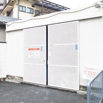 【共用部】ゴミ置き場も建物裏手です。