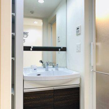 サニタリー正面には大きな鏡の洗面所。(※写真は7階の反転間取り別部屋のものです)