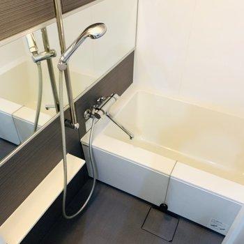 バスルームは大きな浴槽で疲れた体をたっぷり癒やして。(※写真は7階の反転間取り別部屋のものです)