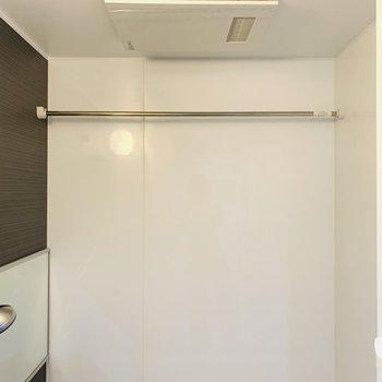 浴室乾燥機付きなので、雨の日のお洗濯も安心ですね。(※写真は7階の反転間取り別部屋のものです)