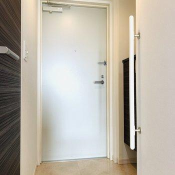 玄関扉はシンプルにホワイト。(※写真は7階の反転間取り別部屋のものです)