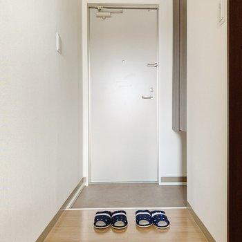 廊下へ出て、右側の扉は…(※小物は見本です)