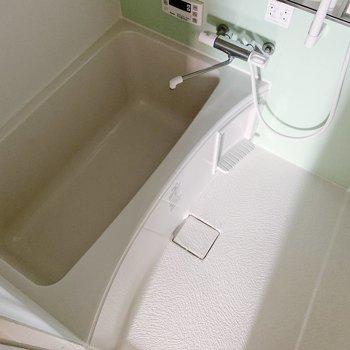 お風呂はゆったり広々〜。追い焚き機能もついてるので、長風呂になりそうだ…