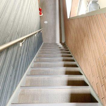 お部屋までは階段で〜!
