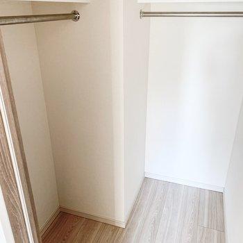 【B/R】L字型のウォークインクローゼット。※写真は11階の同間取り別部屋のものです