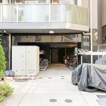 建物内部・前にはバイク置き場と駐輪場が。