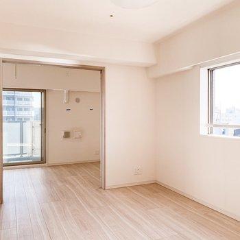【LDK】普段は引き戸を開けて開放的に。※写真は11階の同間取り別部屋のものです