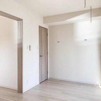 【B/R】普段は扉を開けて開放的に。※写真は11階の同間取り別部屋のものです