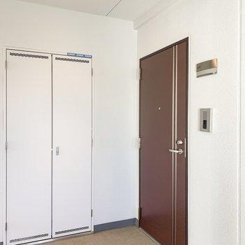 素敵な色の玄関ドア前共用部。