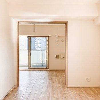 【LDK】奥のお部屋まで柔らかな色合いのフローリングが続きます。※写真は11階の同間取り別部屋のものです