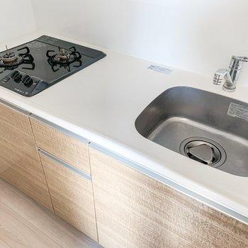 【LDK】2口コンロと調理スペース。料理がしやすそうなキッチンです。※写真は11階の同間取り別部屋のものです