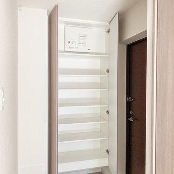 シューズボックスはたっぷり24足くらいしまえそう。※写真は11階の同間取り別部屋のものです