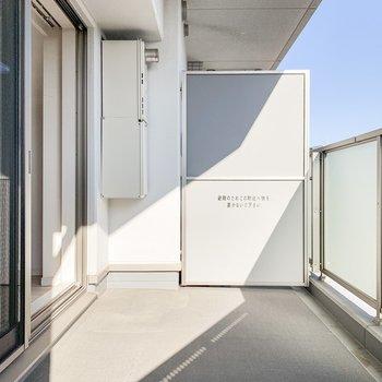 たっぷり日差しの入るバルコニー。※写真は11階の同間取り別部屋のものです