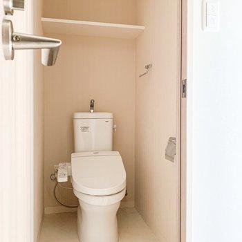 トイレの上部収納にはトイレットペーパーのストックを。※写真は11階の同間取り別部屋のものです