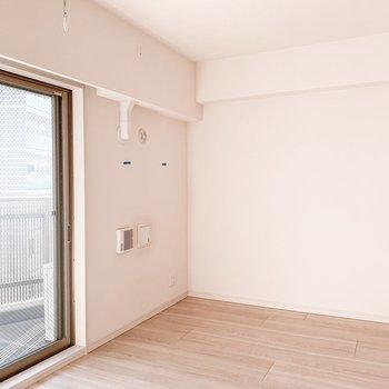 【B/R】窓付近には洗濯物干し受けがありましたよ。※写真は11階の同間取り別部屋のものです