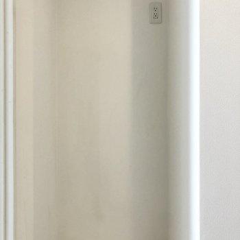 キッチンの向かい側に冷蔵庫!その上にレンジを置いても◎(※写真は11階の同間取り別部屋のものです)