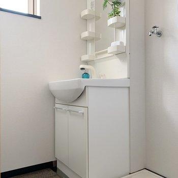 洗濯機置き場は洗面台とセットでこの位置に。(※写真の小物は見本です)