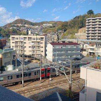 共用部からは電車が見えます。手を降ったら見えるかな。
