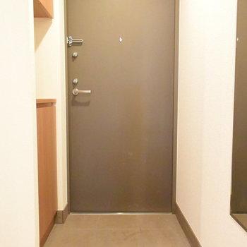 玄関も清潔感がありますね※写真は4階の同間取りのもの
