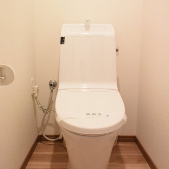ウォシュレット付きのトイレ※写真は4階の同間取りのもの