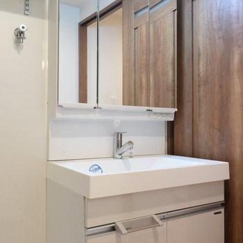 大きな鏡がうれしい洗面台※写真は4階の同間取りのもの