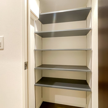 その対面の扉の中はシューズクローク。可動棚なのでカバンなども収納できます。