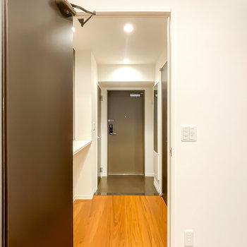 トイレは玄関に出て右手に。