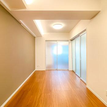 洋室とキッチンは半透明の引き戸で隠すことも。閉めても開放感があります。