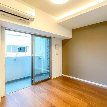 窓側の洋室は5帖と寝室にピッタリ。天井の間接照明が安らぎを与えてくれます。