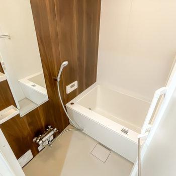 お風呂は木目調でスタイリッシュに。嬉しい追い焚き・浴室乾燥機付きです。
